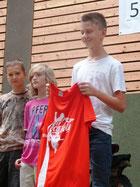 Nico erhielt das rote Trikot für den Sieg in der Schüler-Einzelwertung.