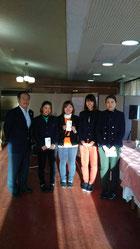 女子1位 左端、大澤萌