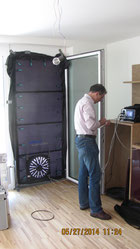 Hier ist der Ventilator für den Blower door Test in die Tür eingebaut, Dipl. Arch. ETH Johannes Breitling überprüft die Messung