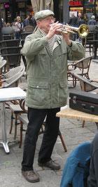 Spontan und autenthisch: Günter Wehmeier bringt Studenten in Gent ein Ständchen