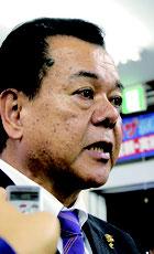 南城市長選で、敗戦の弁を述べる現職の古謝景春氏=22日未明