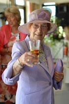 Oma-Verwandtschaft-anstossen-Lifetravellerz-Reiseblog
