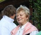 Frau Bartels vom Holländerhof begrüßt die Landfrauen Ohrstedt