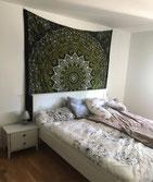 Großes Mandala Wandtuch in grün schwarz im Schlafzimmer
