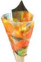 Wandleuchte mit vergoldetem Messingschuh und gefuster Glaskuppa