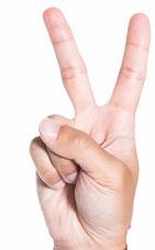 夫婦円満コンサルタントR 中村はるみ 指で「二番目は」と表し、説明する。