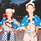 小学校2年生の頃。夏まつりにて弟と。