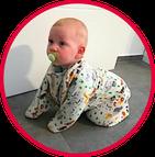 Baby krabbelt im Babyschlafsack von Wombambino