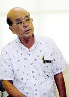 定例会後、報道陣の質問に答える竹富町の慶田盛教育長=28日午後、離島ターミナル