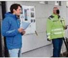 Markus Menzi (links) und Dieter Schilo informieren die Anlieger  - Foto Bernd Visel