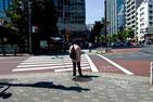 画像:地方都市の交差点、横断歩道