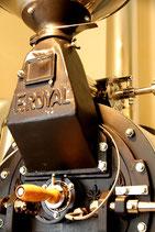 コーヒー豆を焙煎する焙煎機