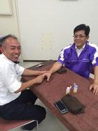 私(的場:左側)と、    大川施設長さん(右側)