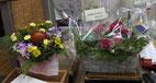 左下)最終日の予約 上)お客さんから届いたお花