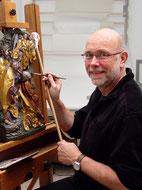 Detlev Gadesmann bei der Retusche an einem gotischen Relief