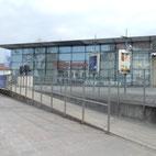 Foto zeigt verspiegelte Fassade und Vorplatz Theater Ansbach