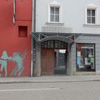 Foto zeigt den Eingang der Kammerspiele Ansbach