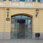 Foto zeigt Eingang Stadtbücherei