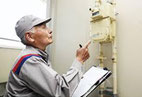 画像;ガスのメーター検針をするシニア世代