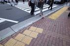 画像;横断歩道と出社風景