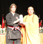 Freifrau Silvia v. Röhl und Großmeister Shi Yong Xin, Abt des Shaolin-Kloster China bei der Stilanerkennung des Shorin-Te Ryu