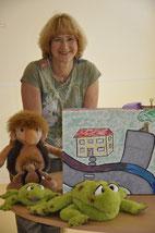 Kita-Leiterin Elke Bonn mit Maskottchen und Trauer-koffer. (Foto: B. Krug)