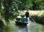 Un guide manoeuvre une barque avec deux touristes dans la Venise Verte