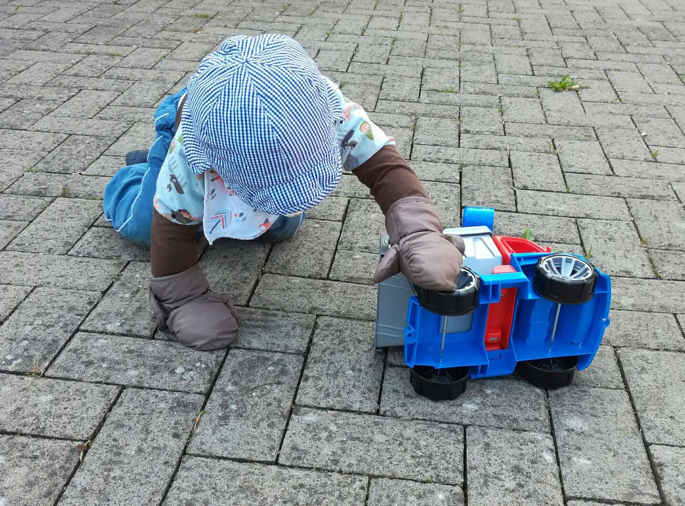 Handschuhe schützen die zarte Kinderhaut.