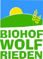 Logo Biohof Wolf mit Hügel, Getreide und Sonne