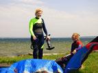 Freude beim Kiten lernen in deinem Kitekurs an der Ostsee. Kitesurfen lernen macht Spaß und lässt dich neue Freunde finden. Komm jetzt vorbei in deine Kiteschule Ostsee und lerne Kitesurfen im Salzhaff in Rerik oder in Kühlungsborn an der Ostsee.