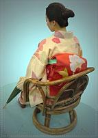 日傘を持つ和服の女性