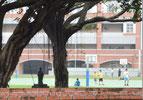 画像;グランドでサッカーをする学生
