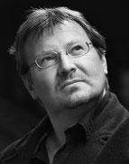 Thrillerautor Andreas Gruber blickt schräg nach oben.