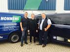Ein weiterer starker Partner – die Gebr. Honnens GmbH aus Tarp in Zusammenarbeit mit der Fuchs Schmierstoffe GmbH – Bild: Meisenzahl zwischen Björn und Torsten Honnens (v.l.)