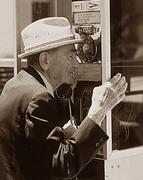 Homme au téléphone dans une cabine