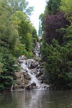 Wasserfall zwischen Steinen. Victoriapark in Kreuzberg. Foto: Helga Karl