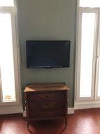 fixation télé au mur prise encastre
