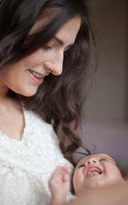 産後の女性と笑顔の赤ちゃん
