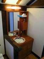 2階洗面手洗い 手摺は古材