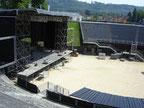l'amphithéâtre (8000 places) en pleine installation d'un festival (Rock o z'arènes)