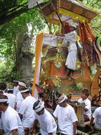神輿の上に設置され、火葬場へ向かう間演奏をする(ウブドでの火葬式にて)