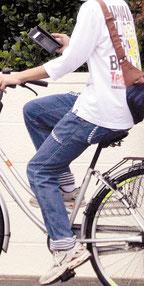 スマートフォンを操作しながら自転車を運転する人も多い(石垣市内)