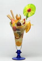 Ein Eisbecher mit Früchten, Waffel und bunter Dekoration
