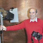 portrait photographe JP Vacherat en studion avec son appareil photo nikon et éclairage de studio cremer devant fond portrait marron