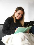 Noelle Westphalen Ich Frau Buch Decke Sofa Schwarz Couch Stift blau lächeln Haare braun