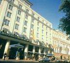 Ein ungewöhnlicher Vorgang: Mitarbeiter des Hotels Bayerischer Hof in München müssen vor Gericht über einen prominenten Gast aussagen. Im Prozess um den ehemaligen Bundespräsidenten Christian Wulff so