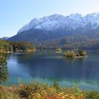 Eibsee im Herbst mit Zugspitze im Hintergrund