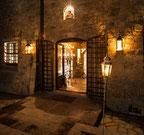 beleuchtetes Tor des Kloster-Hotels Eremito am Abend