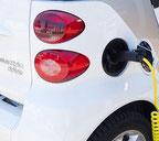 Ausschnitt eines Elektroautos beim Aufladen
