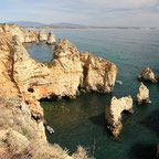 Goldgelbe Felsformationen am Meer an der Ponta da Piedade in Portugal